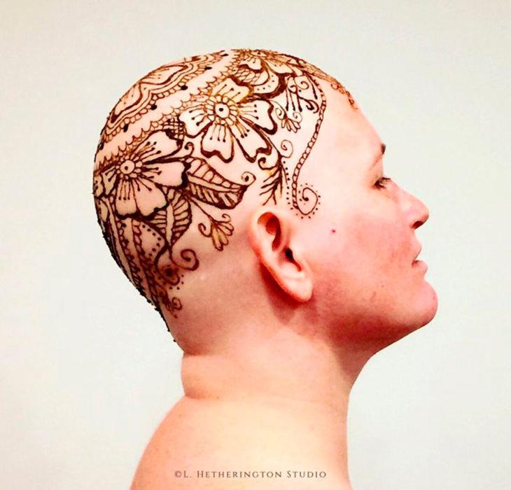 Mujer con tatuaje de henna en la cabeza
