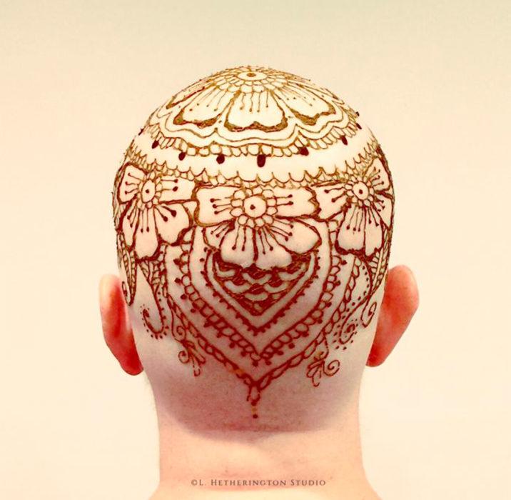 Mujer con tatuaje en la cabeza