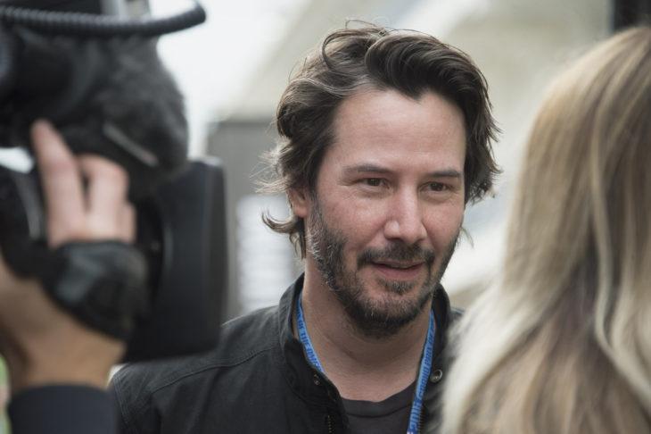 Keanu Reeves dando una entrevista