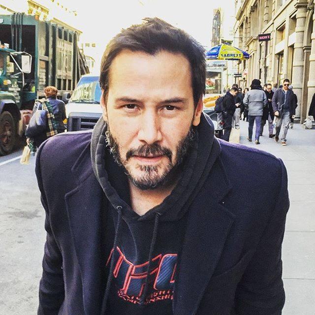 Keanu Reeves mirando a la cámara