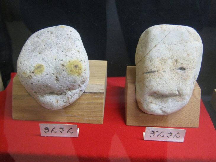 Dos piedras blancas que parecen tener rostro