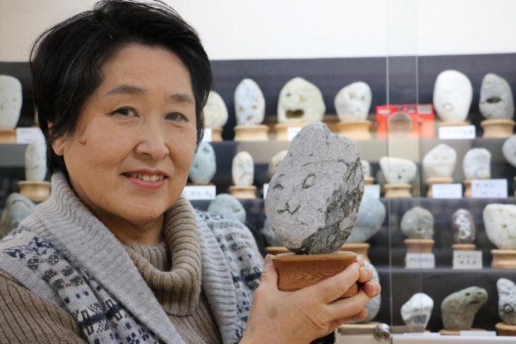 Una mujer con una piedra de su museo