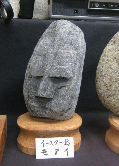 Piedra con un rostro enojado