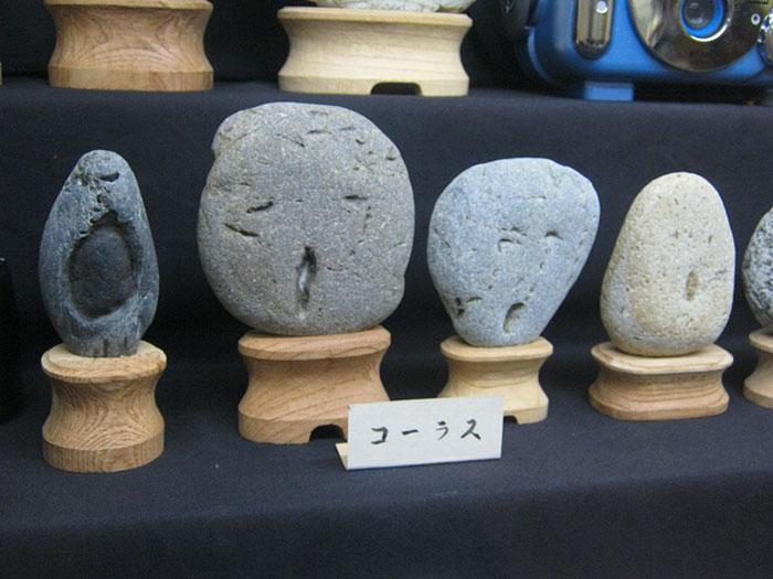 Piedras con rostro sorprendido