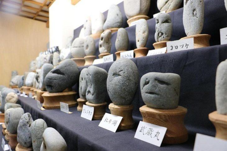 Piedras formadas que asemejan rostros expresivos