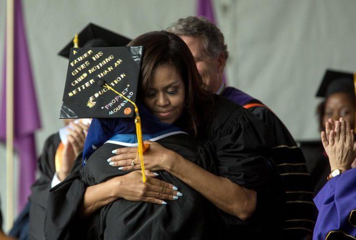 Michelle abrazando a estudiante