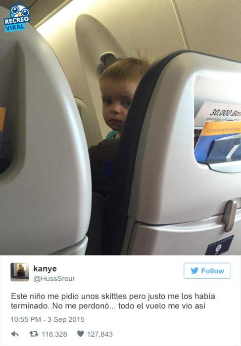Tuit niño viendo feo a otra persona en el avión