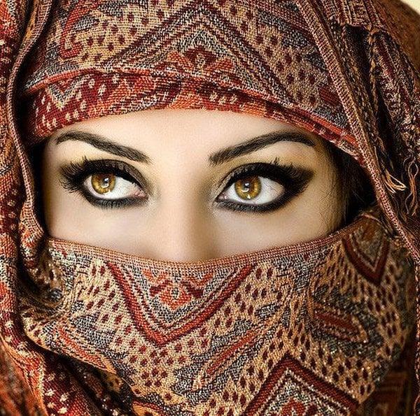 Mujer con niqab y ojos color miel