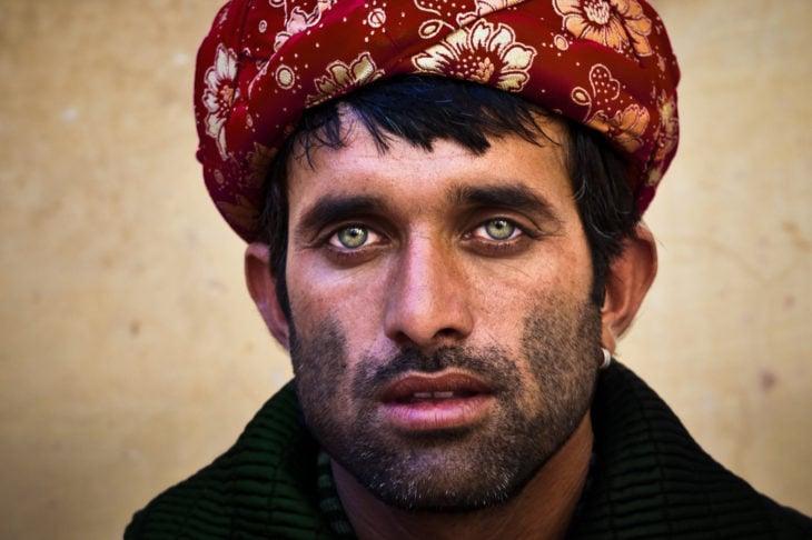Hombre con ojos verdes