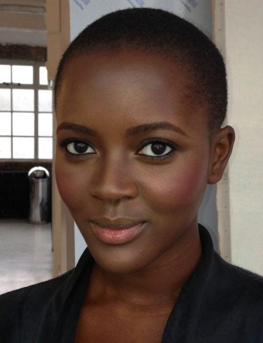 Mujer con ojos negros