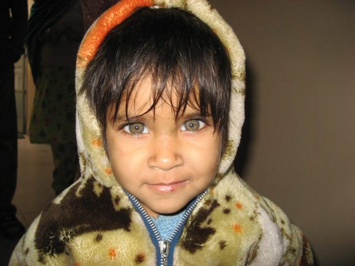 Niño con ojos verdes grandes