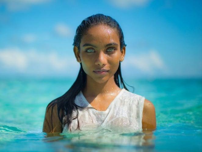 Chica en el mar con los ojos del color del mar