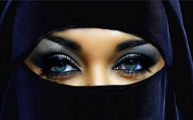 Mujer con niqab y ojos azules