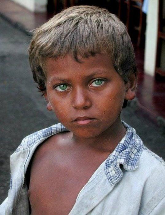Chico con ojos verdes