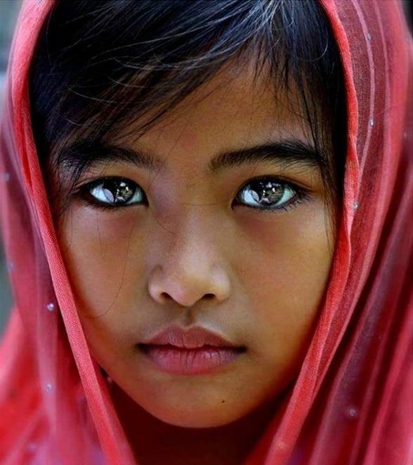 Niña con hijab y ojos hermosos