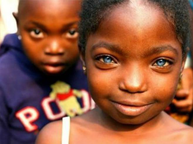 Niña morenita con ojos azules