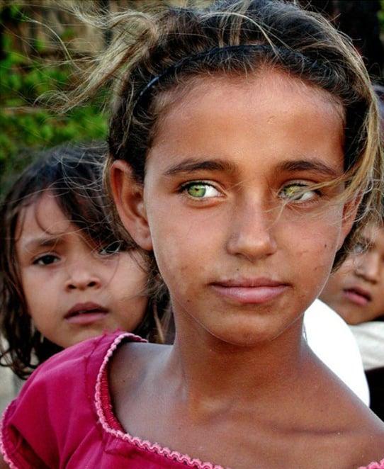Niña con ojos verdes