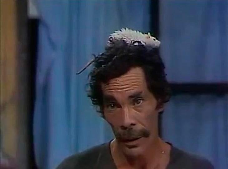 Don Ramón con un ratón en la cabeza