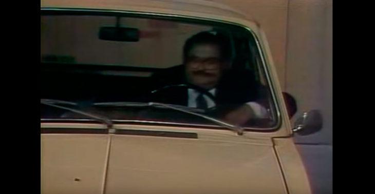 El señor barriga conduciendo su carro