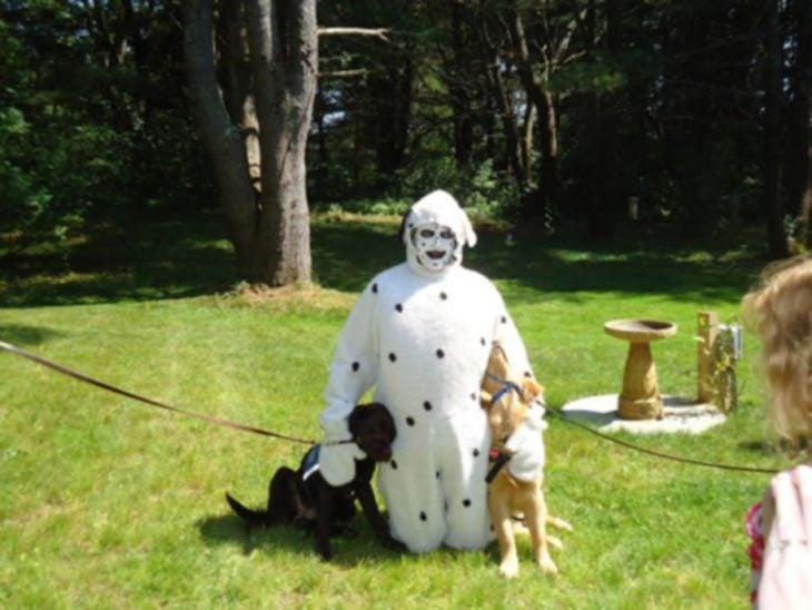hombre disfrazado de perro