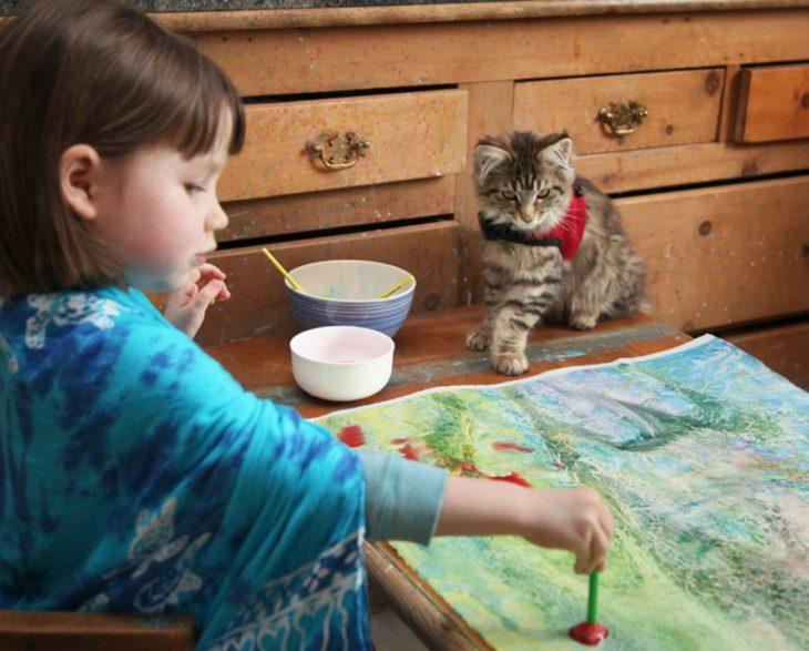 Iris y su gatita pintando juntas