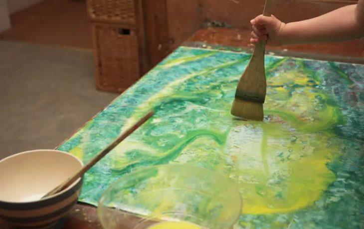 Iris Grace pintando