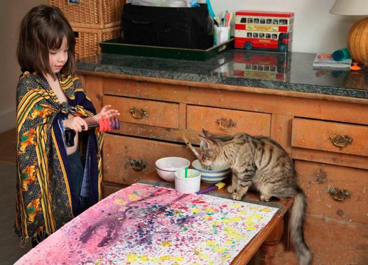 Iris Grace con su gatita