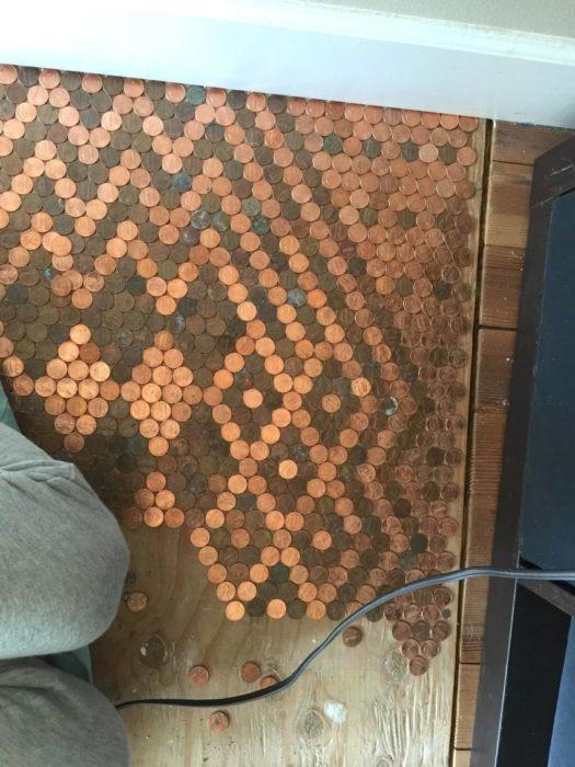 Monedas colocadas en el suelo para adornar el suelo