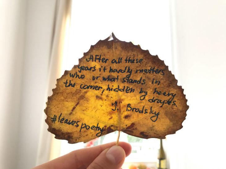 Una hoja de árbol con una cita escrita en ella