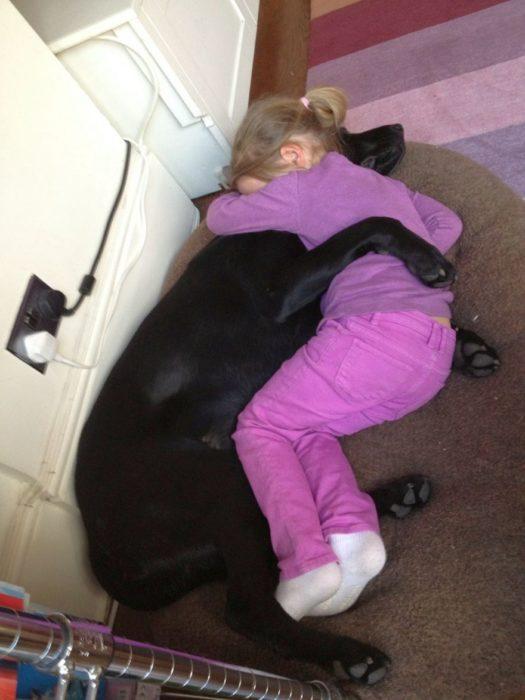 Niña y perrito abrazados