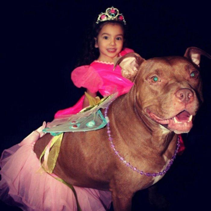 Niña y perro vestidos de princesas