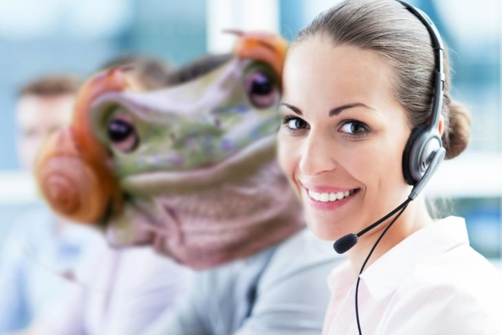 Batalla PS - Rana trabajando en call center