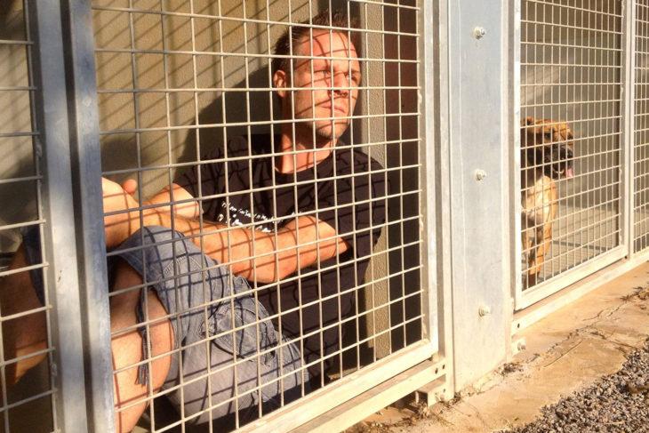 Remi Gaillard encerrado en un refugio animal
