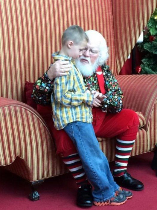 Santa Claus platicando con un niño autista