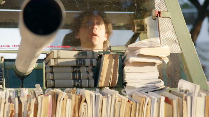 Hombre conduce un tanque de libros