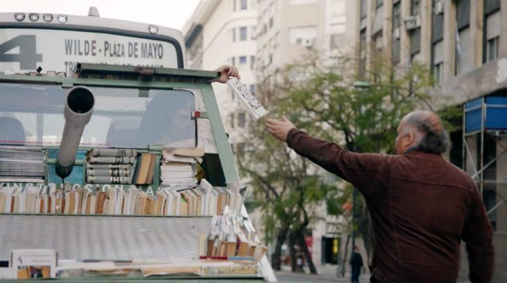Hombre regala libros en las calles de Argentina