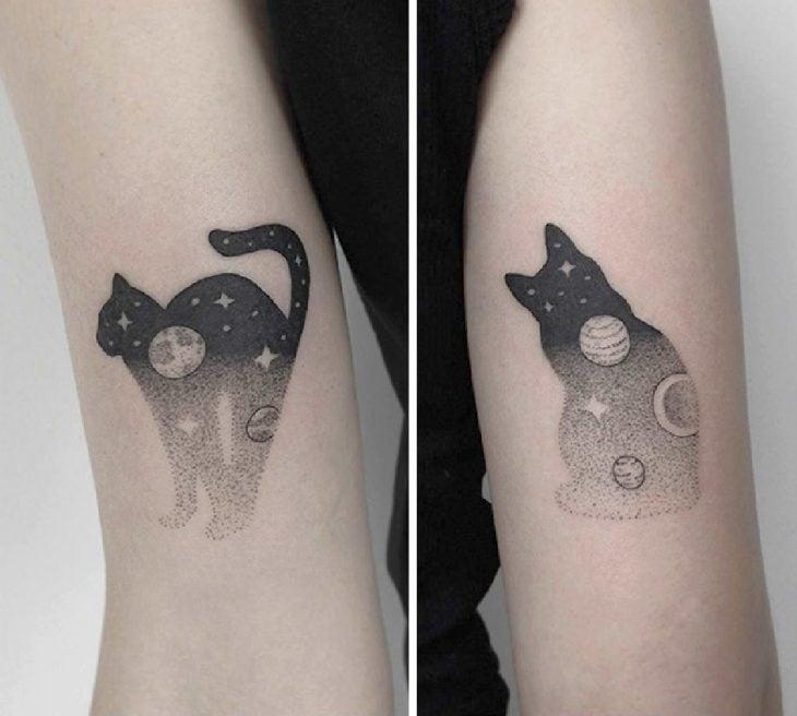 Dos tatuajes de gatitos en tinta negra