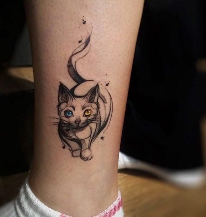 Tatuaje genial de gato con ojos azul y amarillo