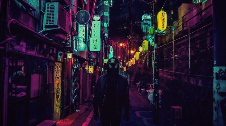 Una persona con máscara de spiderman en Tokio
