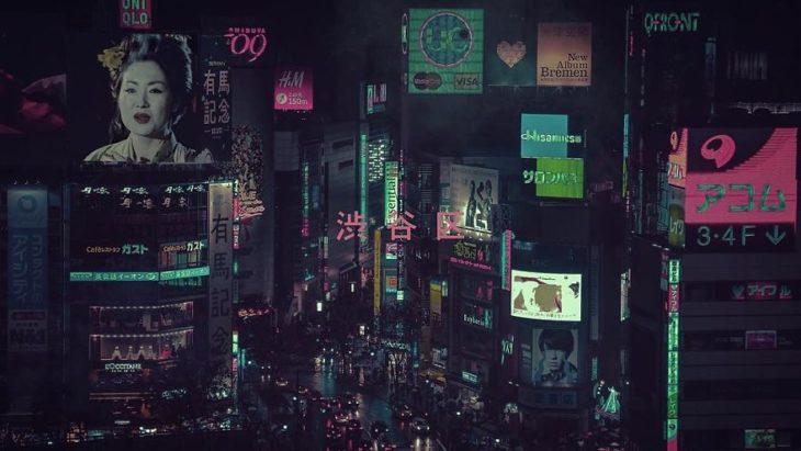Fotografía de la aglomeración de gente por la noche en la urbe