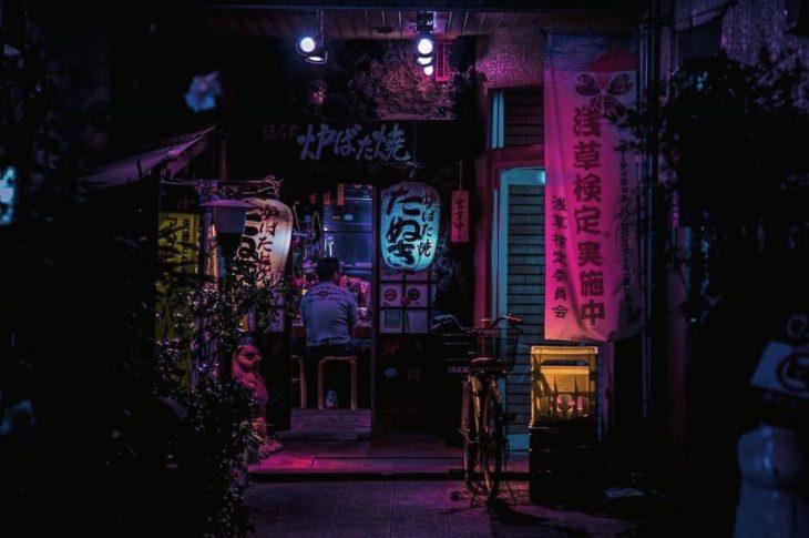 Asakusa durante una noche de lluvia