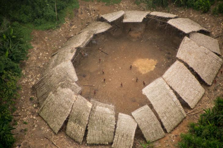 Tribu en medio de la selva amazonica