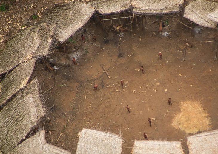 Foto aérea de estructura en el Amazonas donde vive una tribu no alcanzada