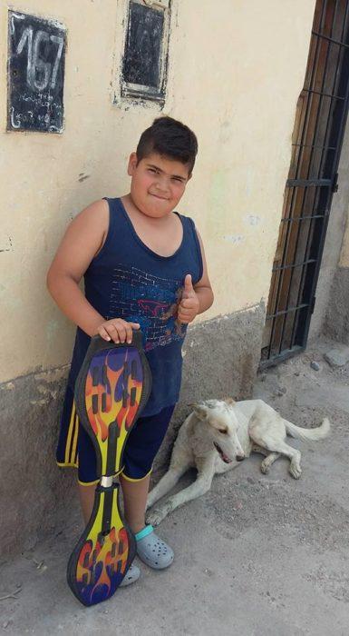 Niño patineta y perro