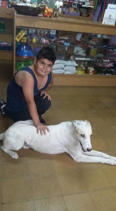 Niño con perrito blanco