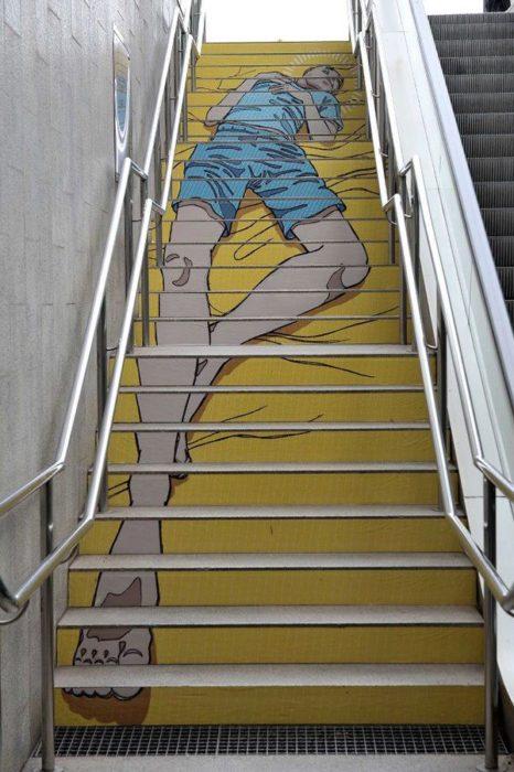 escaleras amarillas con figura recostada en Barcelona España