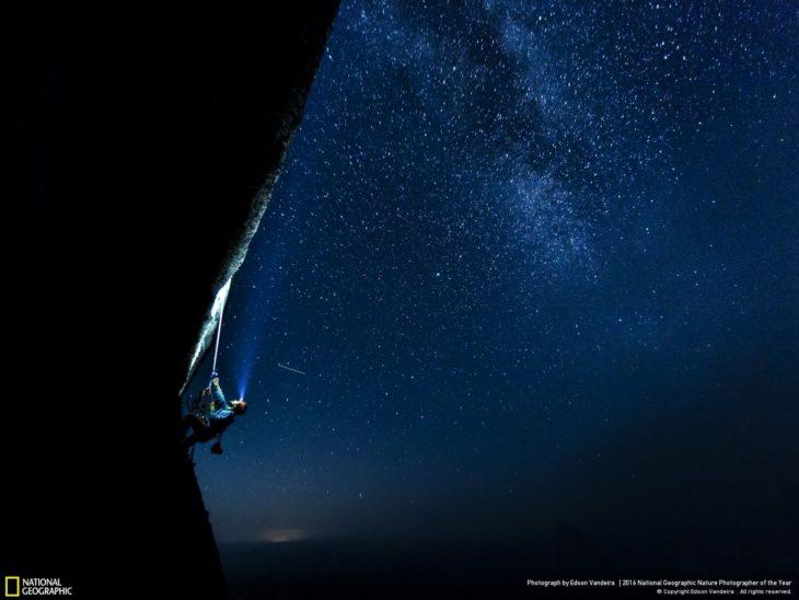 hombre escalando montaña