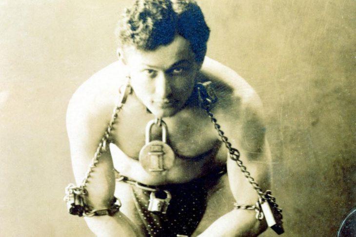Harry Houdini fue un maestro del escapismo y el ilusionismo que murió de apendicitis