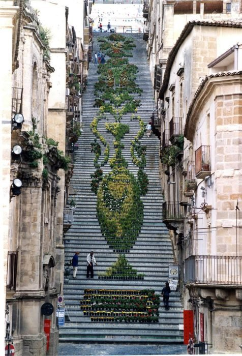 escaleras decoradas con plantas