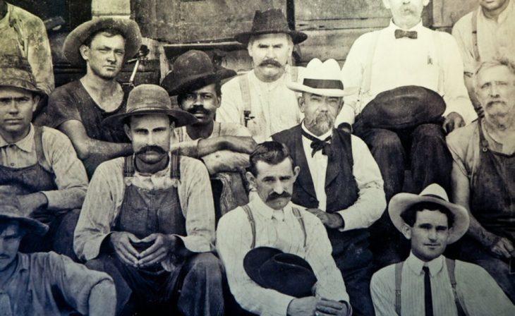 jack daniel, el destilador de whisky junto a un grupo de personas